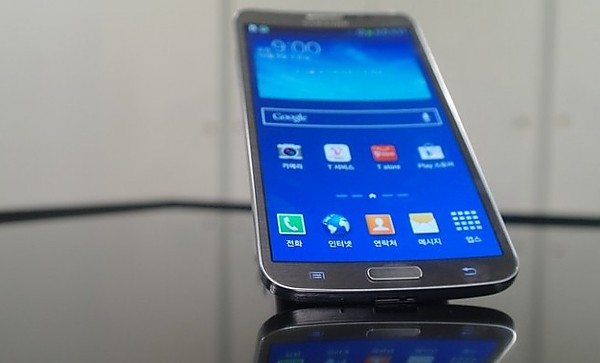 The Samsung company has presented the first-ever smartphone s  the curved display
